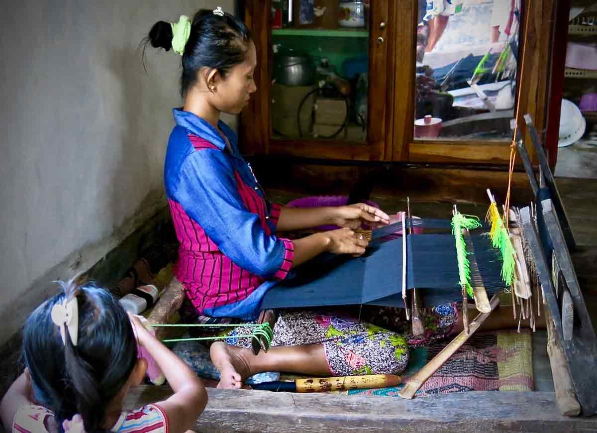 A Sakurara-woman-weaving-and-the-kid-learning