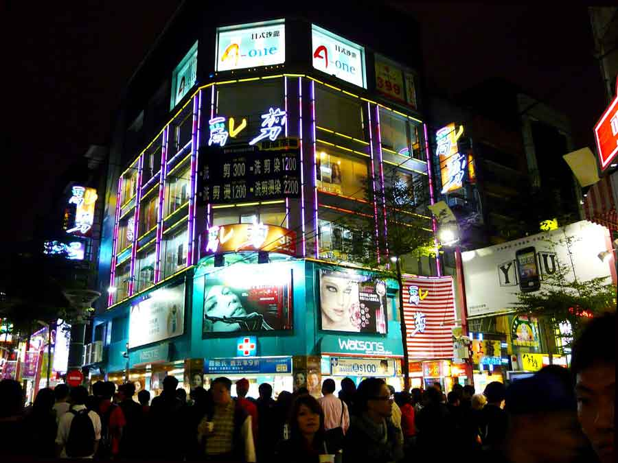 Taipei-Streets-of-Ximending-at-night